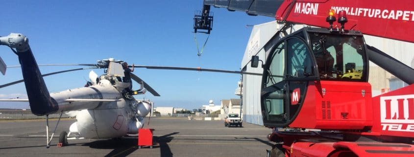 A magni telehandler changing the rotors on a helicopter - Liftup Teleporter