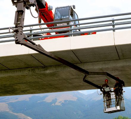 Manitou 3D pendular basket reaches under a bridge - hire it from Liftup today